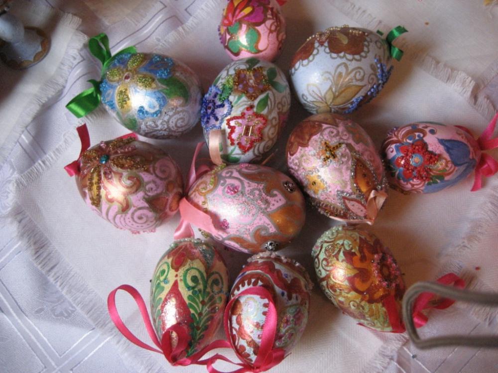 Мальчики и девочки с удовольствием занимаются росписью по дереву акриловыми красками: пасхальные яйца, матрешки...